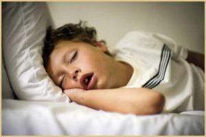 Почем ребенок храпит во сне