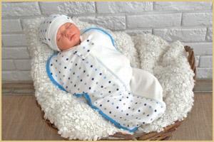 В спальном мешке спит новорожденный