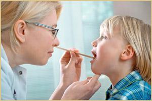 ЛОР врач осматривает ребенка
