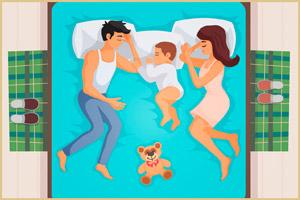 Малыш спит в кровати у родителей