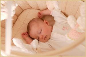 Как обустроить спальное место для новорожденного ребенка?