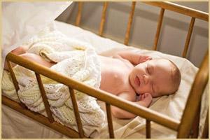 Новорожденный вздрагивает в кроватке