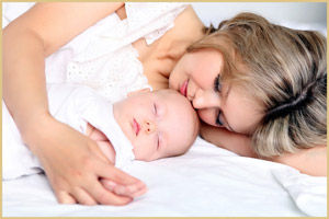 Ребенок спит рядом с мамой