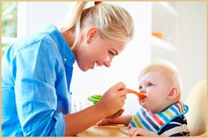 Мать кормит малыша