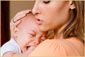 Мать успокаивает малыша