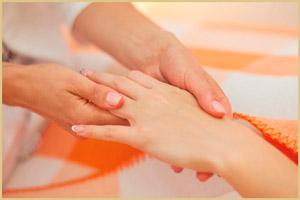 Беременной массажируют руки
