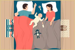 Малыш в кровати у родителей