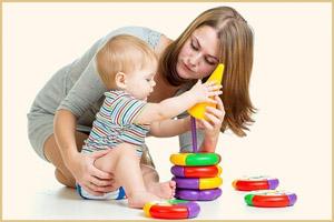 Малыш играет с мамой