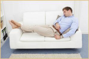 Как правильно спать и отдыхать на диване?